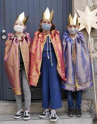 Drei Sternsinger mit Mund-Nasen-Schutz
