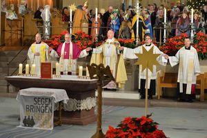 Thomas Bensmann, Weihbischof Matthias König, Erzbischof Hans-Josef Becker, Pfarrer Simon Rapp, Prälat Dr. Klaus Krämer, beten zusammen und eröffnen die Sternsingeraktion feierlich. Sie haben die zeremoniellen Priestergewänder an und beten gemeinsam.