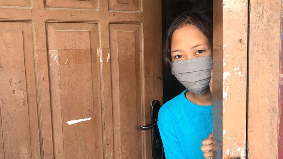 Auch die Schule von Yufi (12) in Indonesien ist geschlossen. Mit ihren Freunden kann sie nur über Telefon und Internet Kontakt halten. Nach der Schule geht sie eigentlich in ein Kinderzentrum, in dem sie mit anderen lernt und Musik und Sport macht. Das geht auch nicht mehr, doch die Betreuer schicken den Kindern Videos, mit denen sie lernen können.