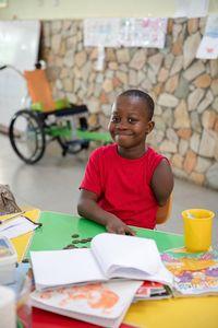 """""""Als Blessing ihre ersten Beinprothesen bekommen hat, ist sie überall rumgeflitzt, wie ein kleiner Wirbelwind"""", erzählt Schwester Elizabeth Newman und lacht. Blessing wurde ohne Beine und mit einem Arm geboren. Die Eltern verstießen ihre Tochter wegen der Behinderung. Eine Hebamme adoptierte das Mädchen und brachte Blessing mit zwei Jahren erstmals zur Behandlung ins Orthopädische Trainingszentrum (OTC) nach Nsawam, rund vierzig Kilometer nördlich der ghanaischen Hauptstad Accra."""