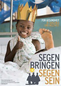 Das Plakat zur Aktion Dreikönigssingen 2013 für das Beispielland Tansania. Der Leitspruch der Aktion lautet Segen bringen, Segen sein. Die Forderung lautet Für Gesundheit in Tansania und Weltweit. Auf dem Plakat abgebildet ist ein Junge aus Tansania. Der Junge liegt in einem Krankenbett im Krankenhaus und hat eine Decke um seinen Oberkörper gewickelt. Sein linkes Bein liegt gestreckt in einer Schiene. Der Junge hat eine glänzende goldene Krone auf und sieht, obwohl er verletzt im Krankenhaus ist, glücklich aus.Er hält als Ausdruck seiner Freude den Daumen nach oben in die Kamera.
